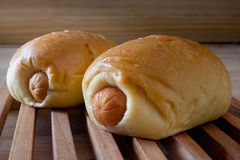 Плюшки сосиски с деревянной панелью Стоковые Фото