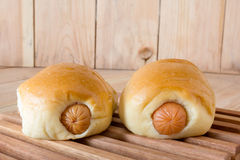 Плюшки сосиски с деревянной панелью Стоковое Фото