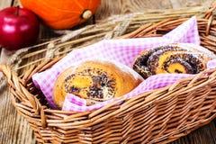 Плюшки с маковыми семененами в корзине хлеба Стоковые Фотографии RF