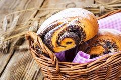 Плюшки с маковыми семененами в корзине хлеба Стоковое Фото