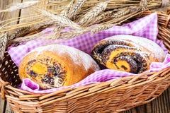 Плюшки с маковыми семененами в корзине хлеба Стоковая Фотография RF
