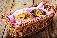 Плюшки с маковыми семененами в корзине хлеба Стоковое Изображение