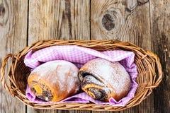 Плюшки с маковыми семененами в корзине хлеба Стоковое фото RF