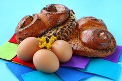 Плюшки с маковыми семененами и коричневыми яичками Стоковая Фотография