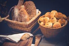 Плюшки с семенами сезама и различные виды хлеба Стоковая Фотография