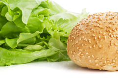 Плюшки с семенами сезама с салатом на белой предпосылке Стоковая Фотография RF