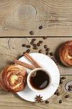 2 плюшки с сыром и чашкой кофе Стоковая Фотография