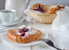 Плюшки с ягодами и кофе Стоковые Фото