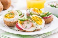 плюшки с яичком и овощами для завтрака, конца-вверх Стоковая Фотография