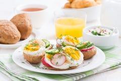 Плюшки с яичком и овощами для завтрака Стоковая Фотография