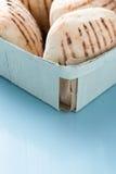 Плюшки хлеба в корзине Стоковое Изображение