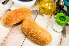 2 плюшки для завтрака на деревянном столе Стоковое Фото