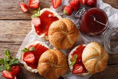 Плюшки для завтрака с вареньем клубники, крупный план сливк и мяты Стоковые Фото