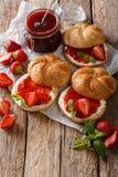 Плюшки для завтрака с вареньем клубники, крупный план сливк и мяты Стоковое Фото
