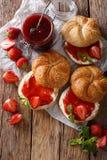 Плюшки для завтрака с вареньем клубники, крупный план сливк и мяты Стоковое Изображение