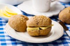 Плюшки Rye с сыром для завтрака Стоковые Изображения RF
