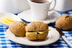 Плюшки Rye с сыром для завтрака Стоковое Изображение RF