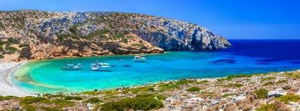 Пляжи бирюзы кристаллические Греции - Kounoupa в isla Astypalea Стоковая Фотография RF