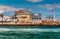 Пляжные домики вдоль входа в пляже пункта приятном, Нью-Джерси Стоковые Фото