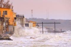 Пляжные домики, немножко разрушенные действием больших волн Стоковые Фото