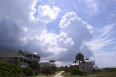 Пляжные домики Флориды с драматической предпосылкой облака Стоковая Фотография RF