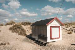 Пляжный домик в Дании в солнечной погоде с белыми облаками Стоковая Фотография
