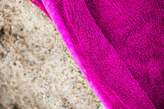 Пляжный полотенце на песке Стоковая Фотография RF