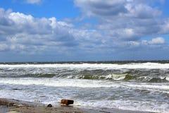 Пляж Балтийского моря в штормовой погоде с волнами моря Стоковое Изображение RF