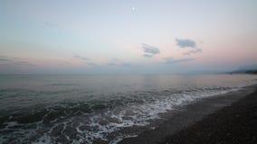 Пляж берега спокойных океанских волн идилличный с водой и камешками бирюзы видеоматериал