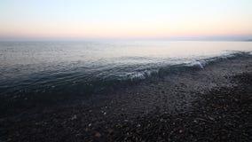 Пляж берега спокойных океанских волн идилличный с водой и камешками бирюзы акции видеоматериалы