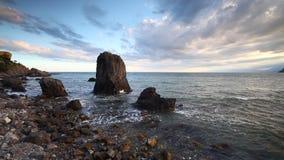 Пляж берега спокойных океанских волн идилличный с небом воды бирюзы голубым заволакивает камень и камешки утеса акции видеоматериалы
