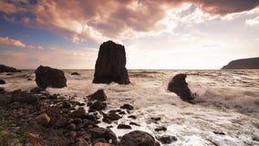 Пляж берега спокойных океанских волн идилличный с облаками голубого неба воды бирюзы белыми трясет камень и камешки акции видеоматериалы