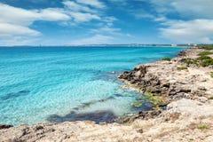 Пляж бирюзы около Gallipoli, Италии стоковые изображения