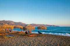 Пляж вечера с sunloungers и парасолями Стоковая Фотография RF