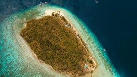 Пляж вида с воздуха красивый на тропическом банане острова philippines сток-видео