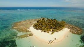 Пляж вида с воздуха красивый на тропическом острове Остров Guyam, Филиппины, Siargao сток-видео
