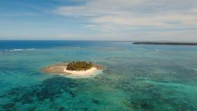 Пляж вида с воздуха красивый на тропическом острове Остров Guyam, Филиппины, Siargao видеоматериал