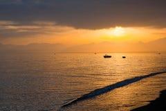 Пляж во времени восхода солнца Пляж на заходе солнца Стоковое Изображение
