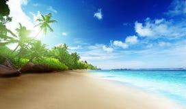 Пляж во времени захода солнца на острове Mahe стоковые фотографии rf