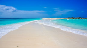 Пляж в Вест-Инди с тропой песка Стоковое Изображение RF
