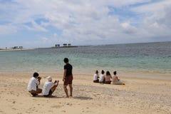 Пляж в дороге дерева Fukugi бизы, деревне в Окинаве, Японии бизы Стоковое Фото