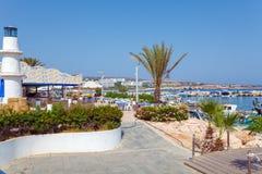 Пляж города Ayia Napa и кафе побережья, Кипр Стоковая Фотография