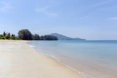 Пляж, голубое море и белые пески Стоковое Изображение