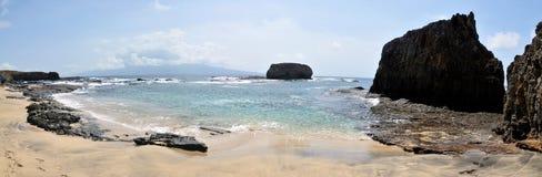 Пляж группы исследуя Стоковое фото RF