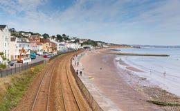 Пляж Девон Англия Dawlish с железнодорожным путем и морем стоковое изображение