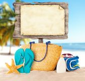 Пляж лета с пустым деревянным плакатом стоковые фотографии rf