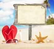 Пляж лета с пустым деревянным плакатом стоковое изображение rf