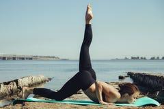 пляж делая йогу женщины Стоковое Изображение RF
