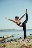 пляж делая йогу женщины Стоковое фото RF