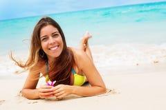 Пляж женщины портрета молодой усмехаясь лежа тропический Стоковые Изображения